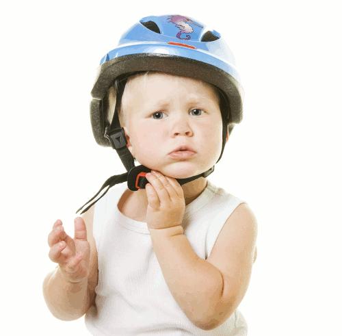 Ein Kind sollte den Fahrradhelm ca.15 Minuten probeweise tragen. Wenn nichts drückt oder verrutscht und das Kind den Kopfschutz kaum noch merkt, dann ist es der Richtige.